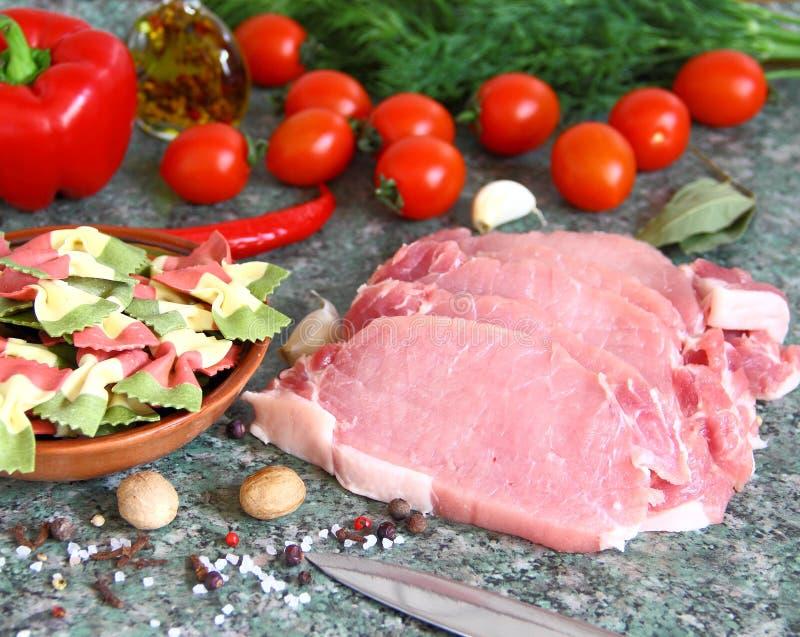 Rohe organische knochenlose Schweinekoteletts kochfertig stockfotografie