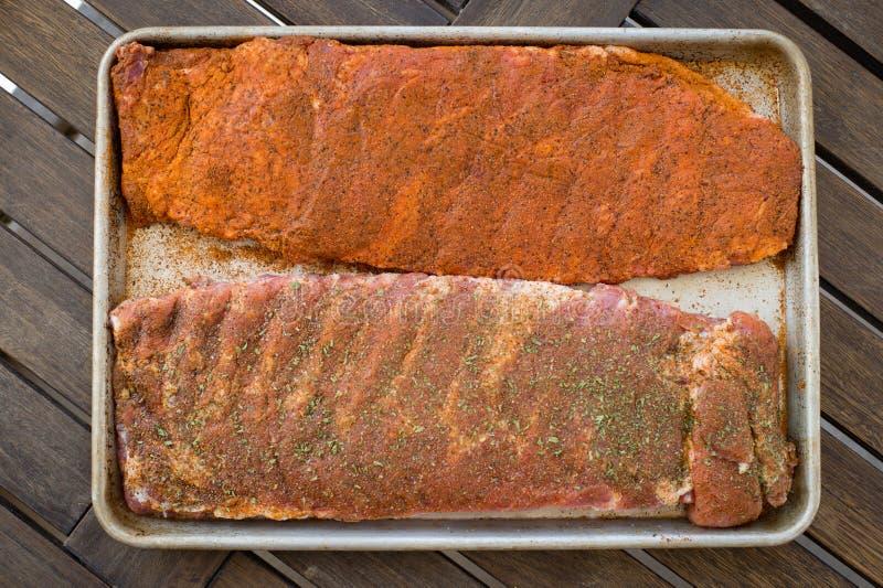 Rohe reife Rippen bereiten vor, um zu grillen stockfotografie
