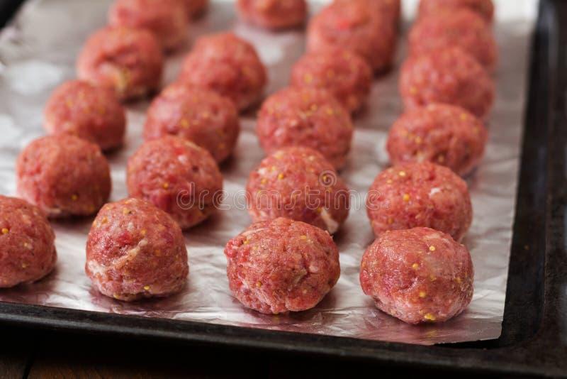 Rohe Rindfleischfleischklöschen lizenzfreie stockfotografie