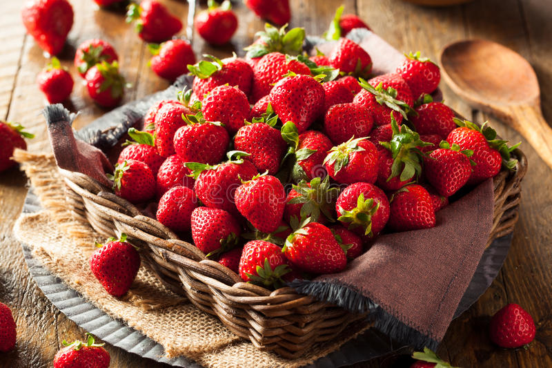 Rohe rote organische Erdbeeren lizenzfreies stockfoto