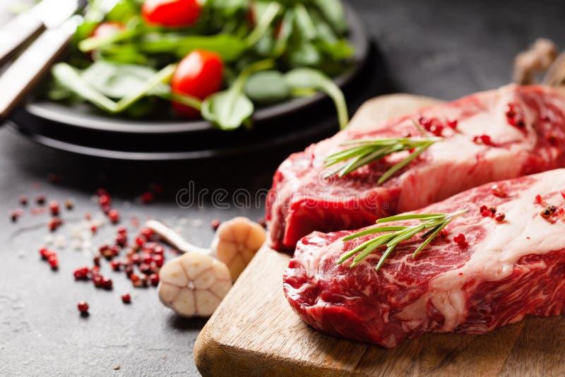 Rohe schwarze Angus Prime-Klemmenrollenfleischsteaks mit Gewürzen lizenzfreies stockfoto