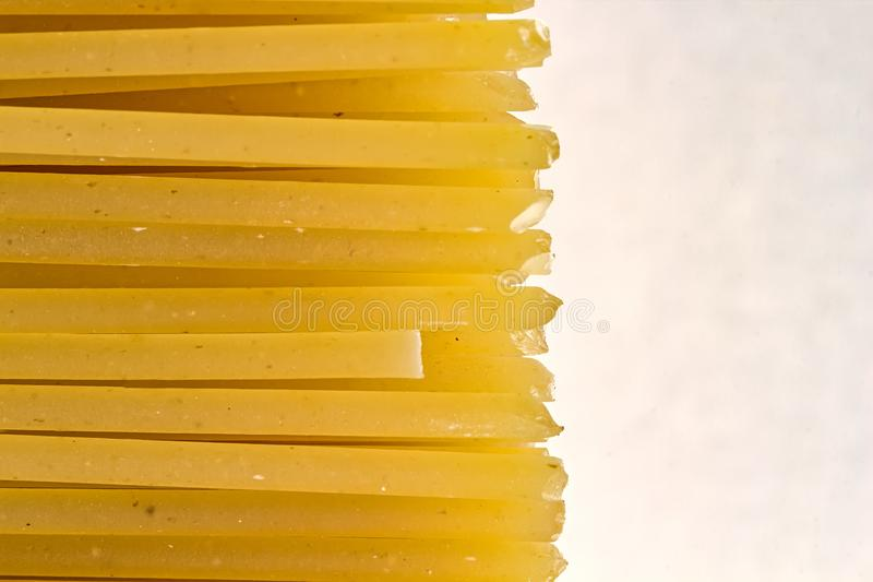 Rohe Spaghetti-Teigwaren - Makrophotographie von Spaghetti-Teigwaren lizenzfreie stockfotos