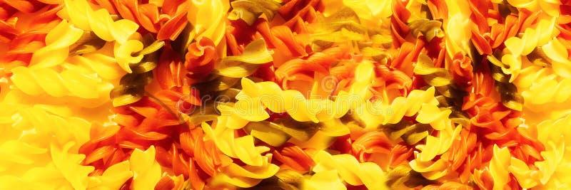 Rohe Teigwaren fusilli Mehrfarbennahaufnahme Beschneidungspfad eingeschlossen Abstrakter Nahrungsmittelhintergrund Panoramisches  lizenzfreie stockfotografie