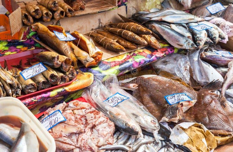 Rohe und geräucherte Fische bereit zum Verkauf am Landwirtmarkt in Samar stockfotografie
