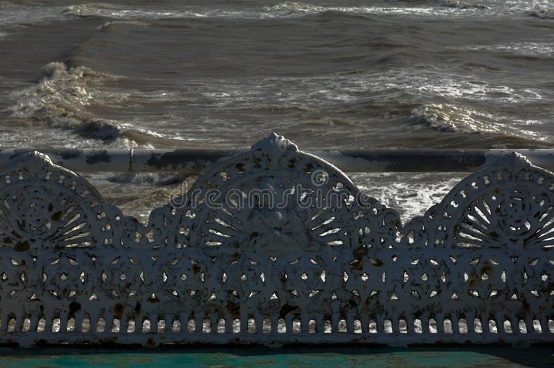 Roheisen-Antikenbank an der Küste lizenzfreie stockfotos