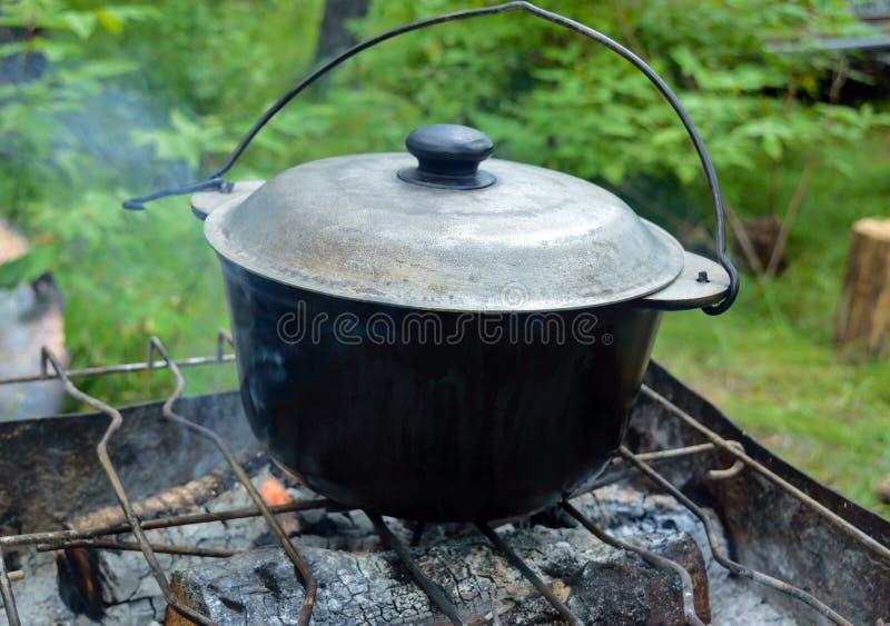 Roheisentopf mit Deckel für das Kochen über einem offenen Feuer stockbild