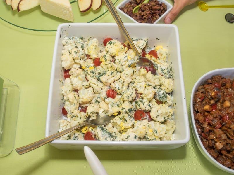 Roher Blumenkohl-Salat lizenzfreie stockbilder