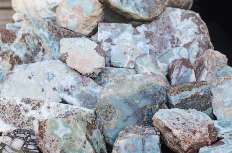 Roher Edelstein Larimar, der in der Dominikanischen Republik in der Barahona-Region nur erhalten werden kann stockbilder