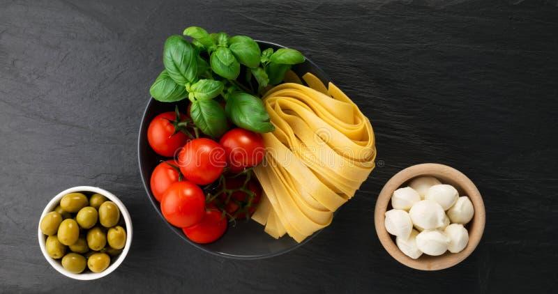 Roher gelber italienischer Teigwarenfettuccine, -fettuccelle oder -Bandnudeln stockbilder