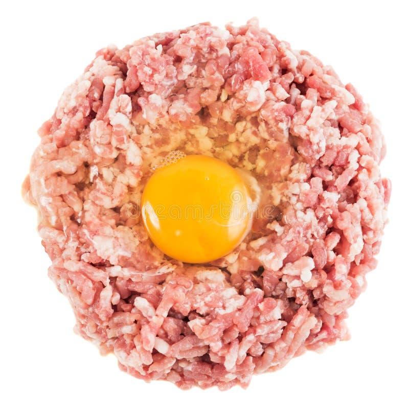 Roher Hamburger mit dem Ei lokalisiert auf Weiß stockfoto