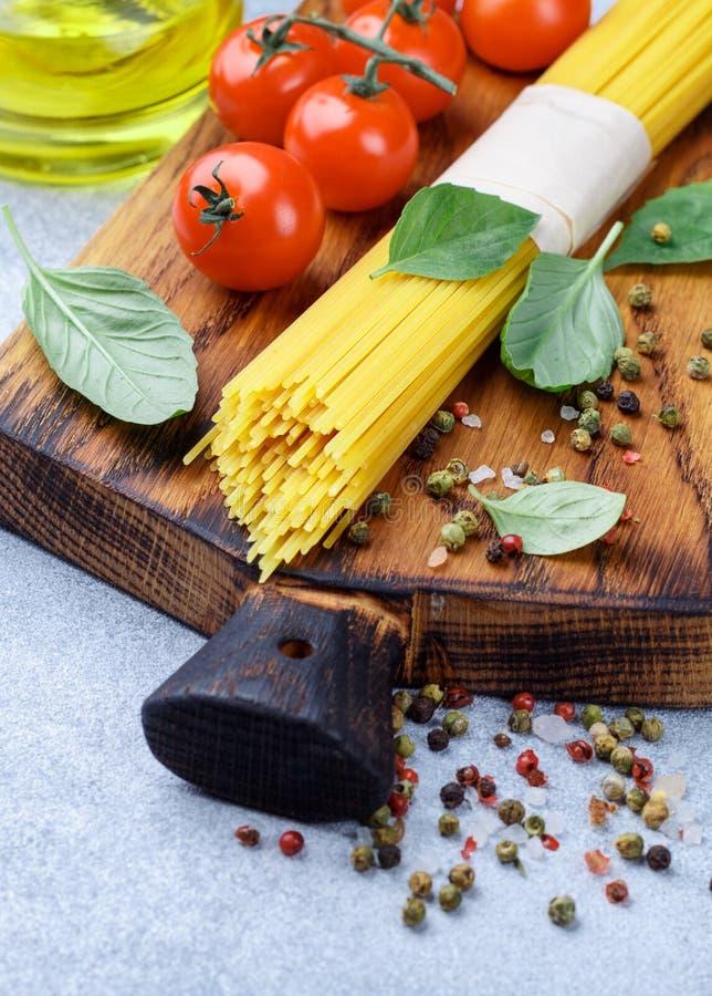 Roher Isolationsschlauch Italienische Küche Bestandteile für ein köstliches Abendessen stockfotografie