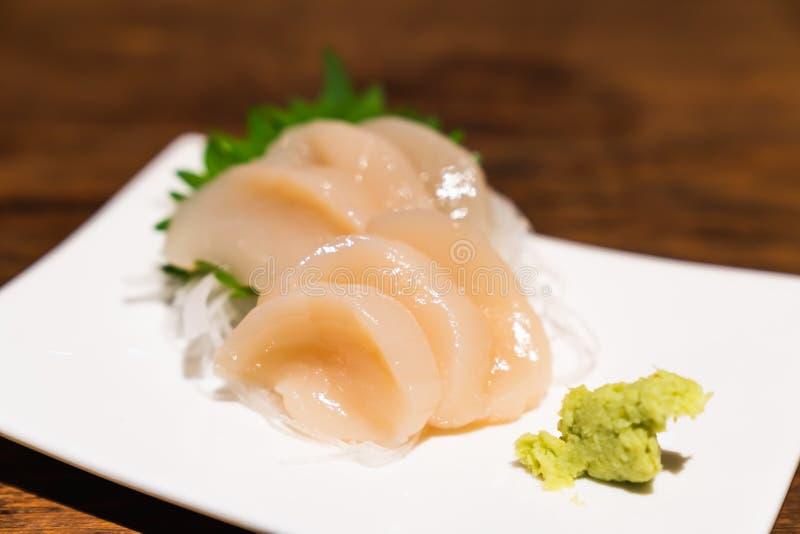 Roher Kammmuschelsashimi oder hotate Sashimi dienten mit Wasabi auf Teller, japanische berühmte köstliche Mahlzeit der rohen Meer lizenzfreie stockfotos