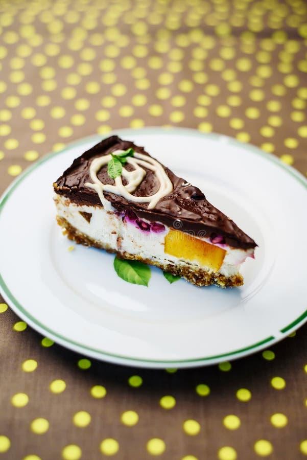 Roher Kuchen der Vanille mit Früchten lizenzfreies stockfoto