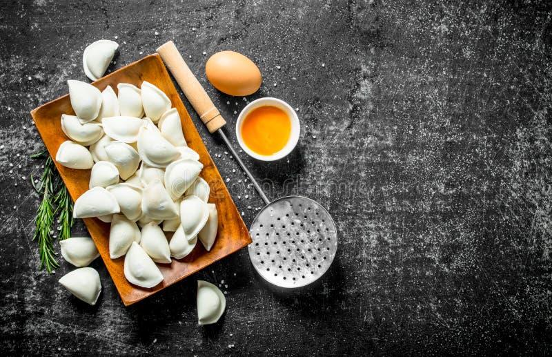 Roher Mehlkloß mit Ei und Rosmarin stockbilder