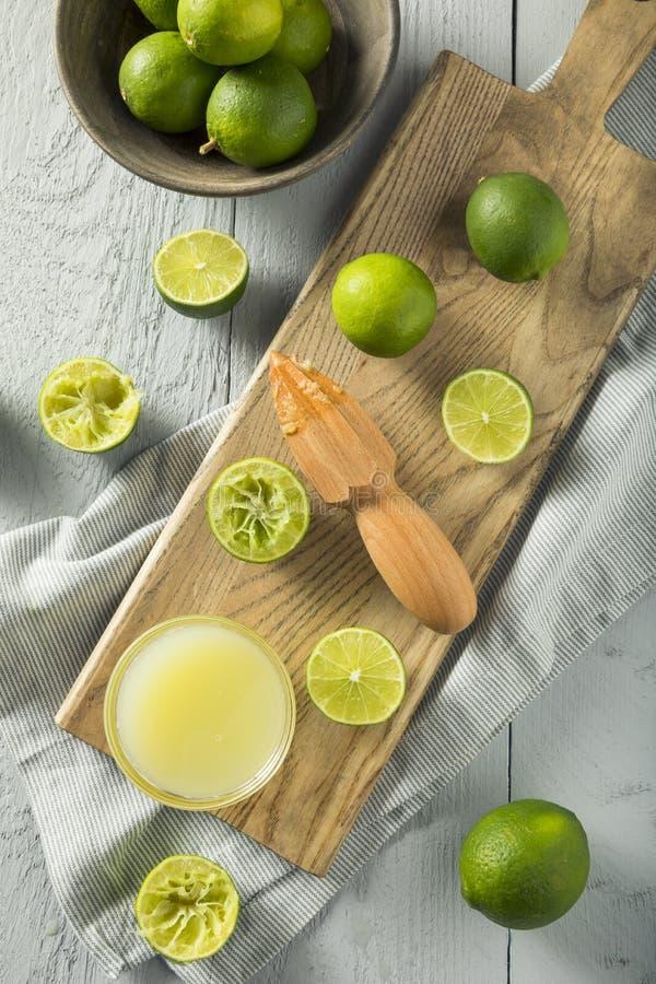 Roher organischer gelber Limettensaft lizenzfreie stockbilder
