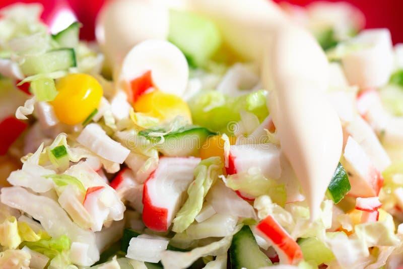 Roher Salat mit Gurken, Krabben und Mayonnaise stockfoto