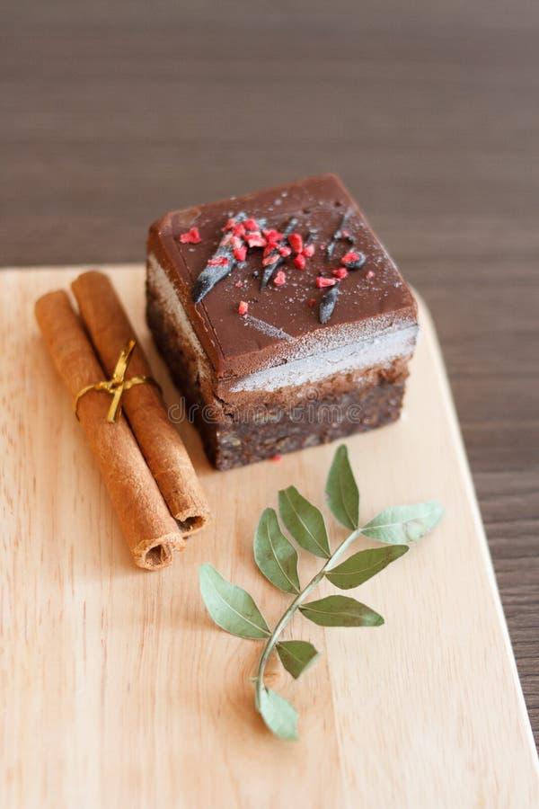 Roher Schokoladennachtischkuchen auf hölzernem Brett stockbild