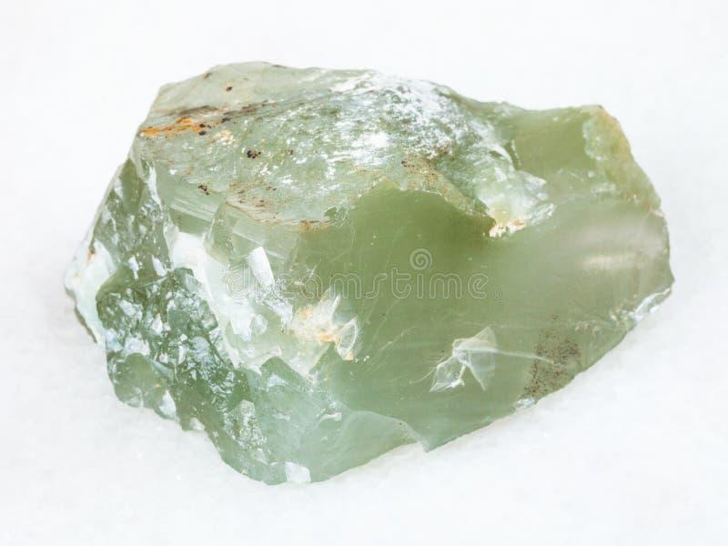 roher Stein Prase (grüner Quarz) auf Weiß lizenzfreie stockfotografie