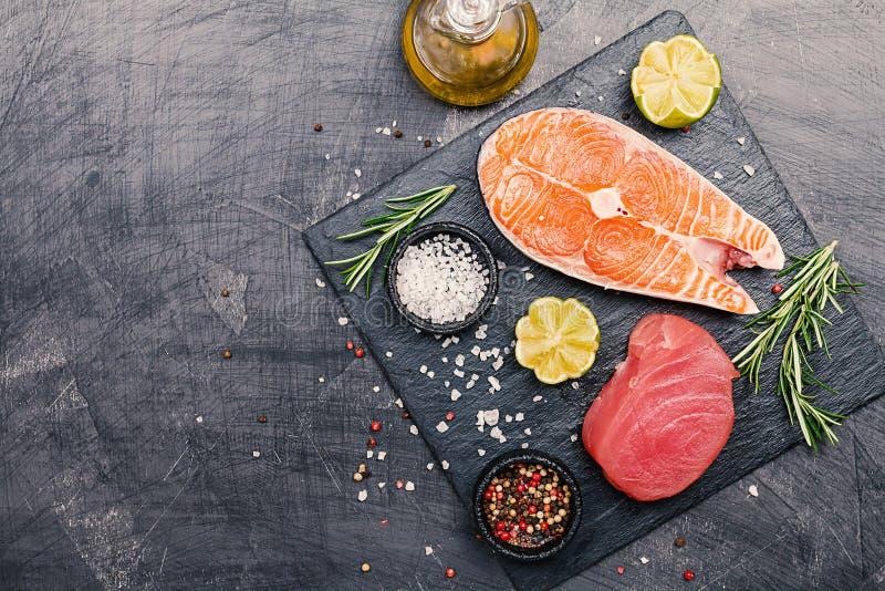 Roher Thunfisch und Lachssteak lizenzfreies stockbild