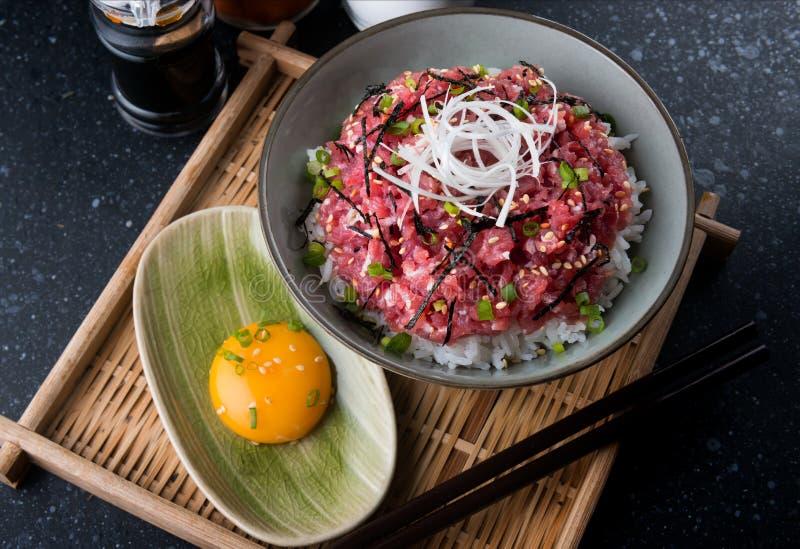 Roher Thunfisch und Zwiebel mit Reis in der japanischen Art stockbild