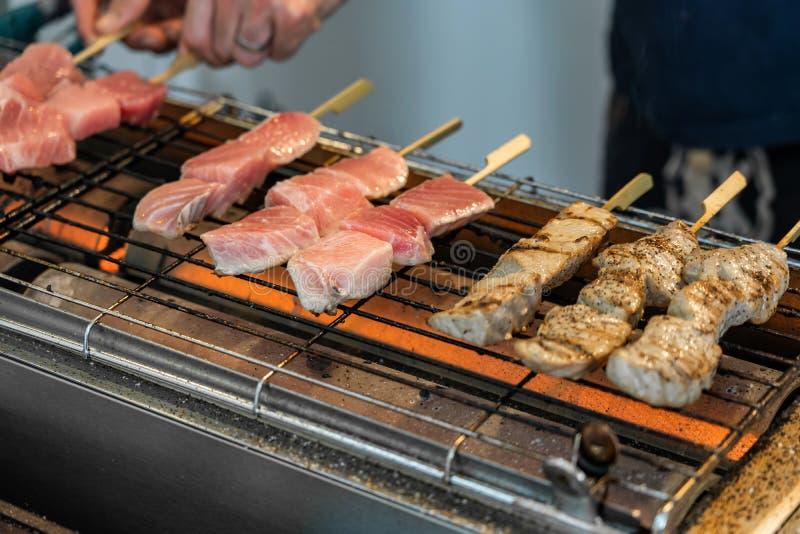 Roher Tuna Sticks Are On The-Grill lizenzfreie stockfotos