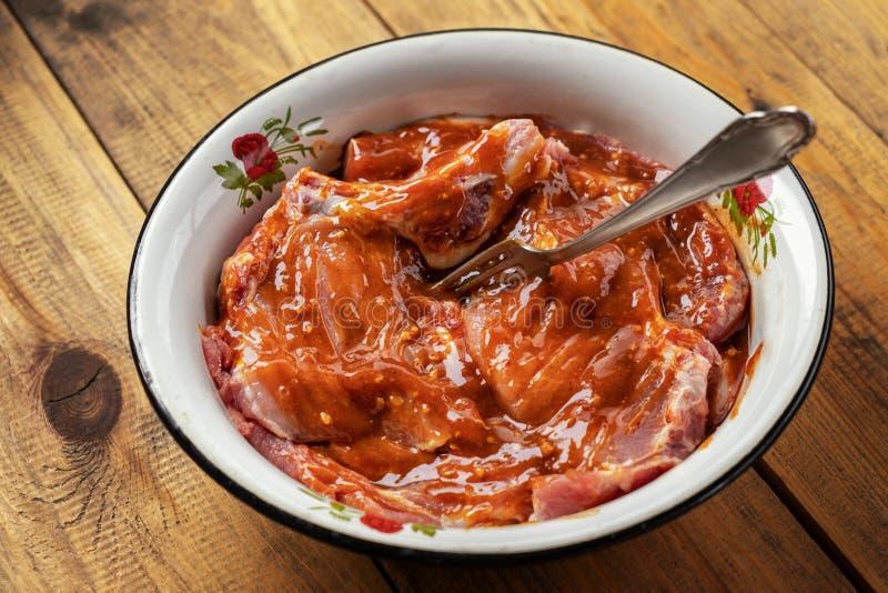 Rohes Fleisch mariniert in der Soße stockbild