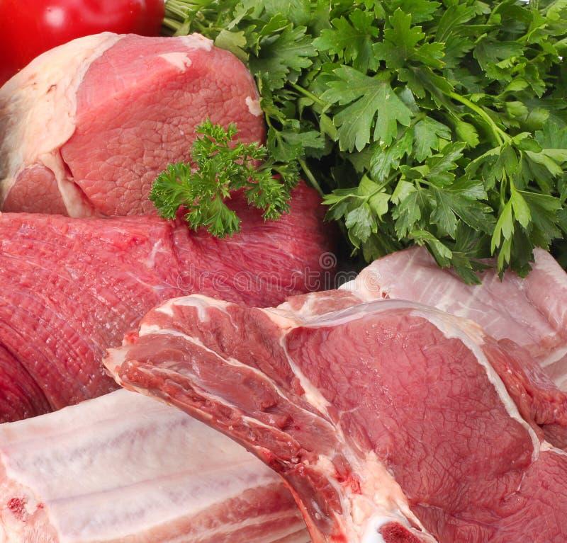 Rohes Fleisch mit Gemüse stockfoto