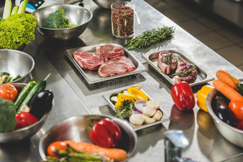 rohes Fleisch mit Gemüse auf Tabelle in der Restaurantküche lizenzfreies stockbild