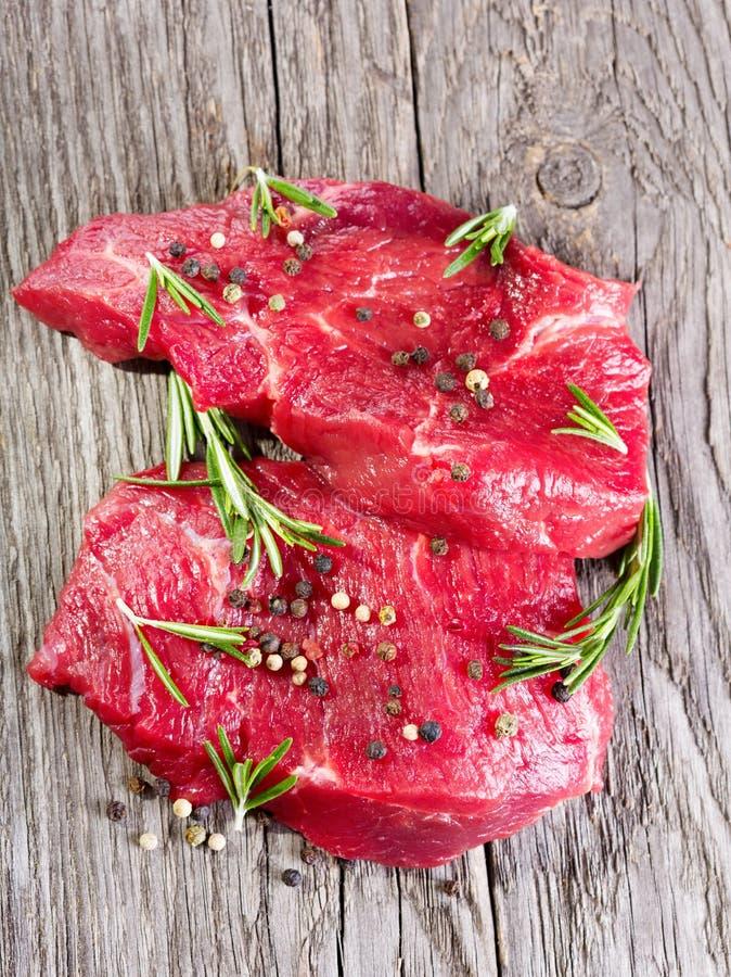 Rohes Fleisch mit Rosmarin stockfotos