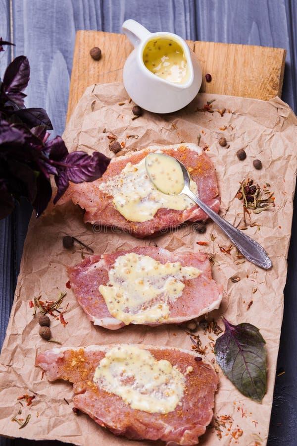 Rohes Fleisch mit Soße lizenzfreie stockbilder
