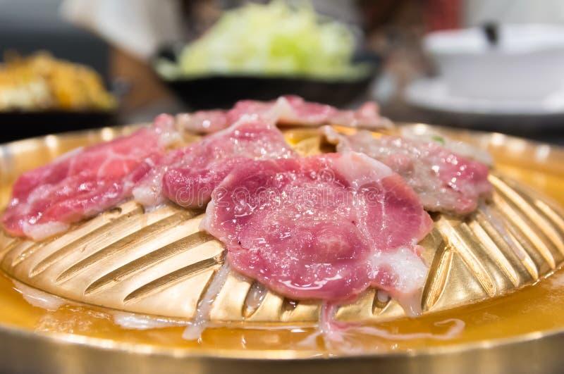 Rohes Fleisch schnitt Grill auf heißer Wanne, koreanischem Grill oder Yakiniku herein lizenzfreies stockbild
