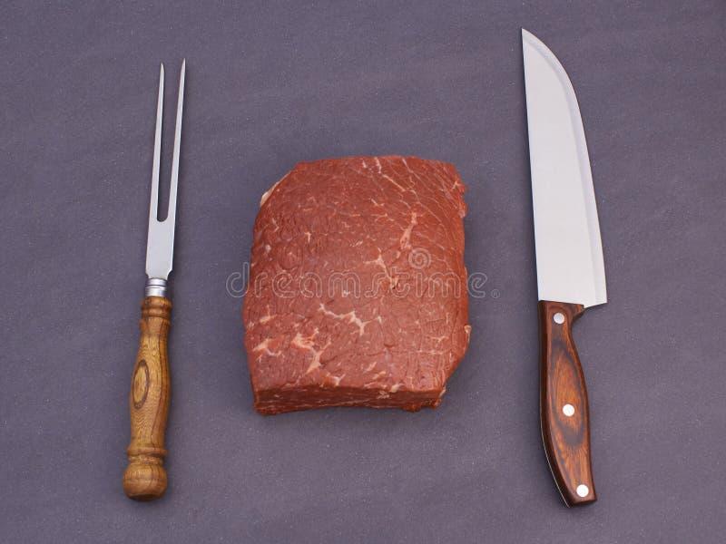 Rohes Fleisch und Messer lizenzfreie stockfotografie