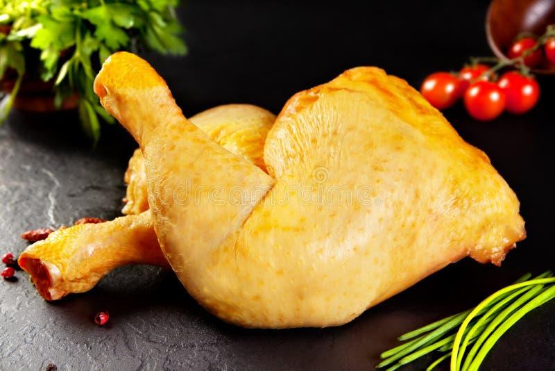 Rohes Fleisch Ungekochter Mais der gelben Hühnerschenkel zog untere Petersilien- und Kirschtomaten ein stockbild