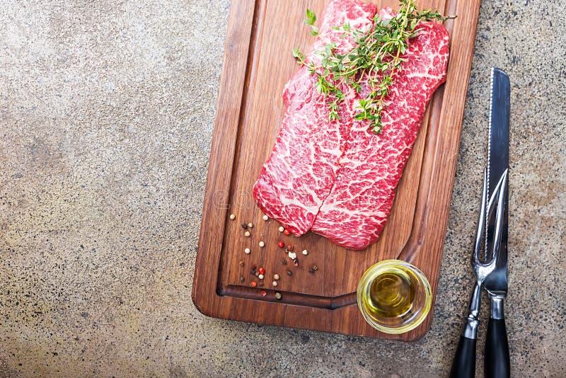 Rohes frisches gemarmortes Fleisch stockfotografie