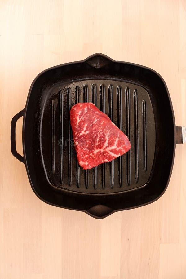 Rohes frisches gemarmortes Fleisch-Rindfleisch auf einer Grillwanne bereit zum Kochen lizenzfreie stockfotografie