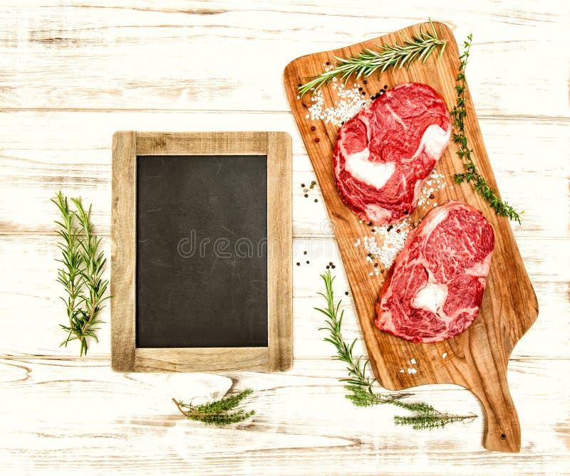Rohes Frischfleisch mit Kräutern, Gewürzen und Tafel Lebensmittel backgroun stockfoto