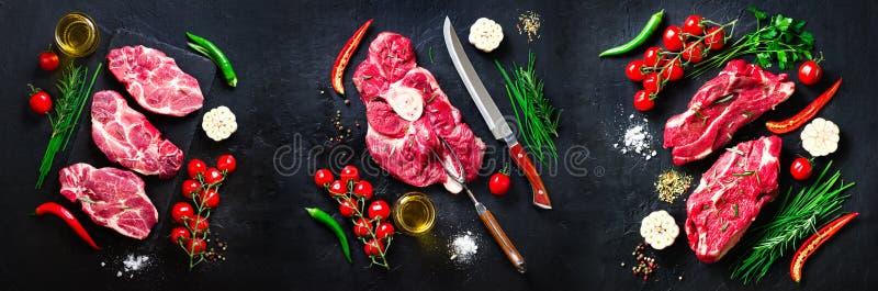 Rohes Frischfleischsteak mit Kirschtomaten, Peperoni, Knoblauch, Öl und Kräutern auf dunklem Stein, konkreter Hintergrund fahne stockfotografie