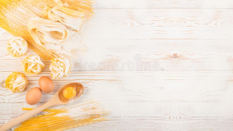 Rohes gelbes italienisches Teigwarenpappardelle, -Fettuccine oder -Bandnudeln stockfotografie