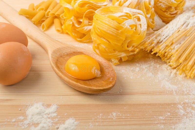 Rohes gelbes italienisches Teigwarenpappardelle, -Fettuccine oder -Bandnudeln stockfoto