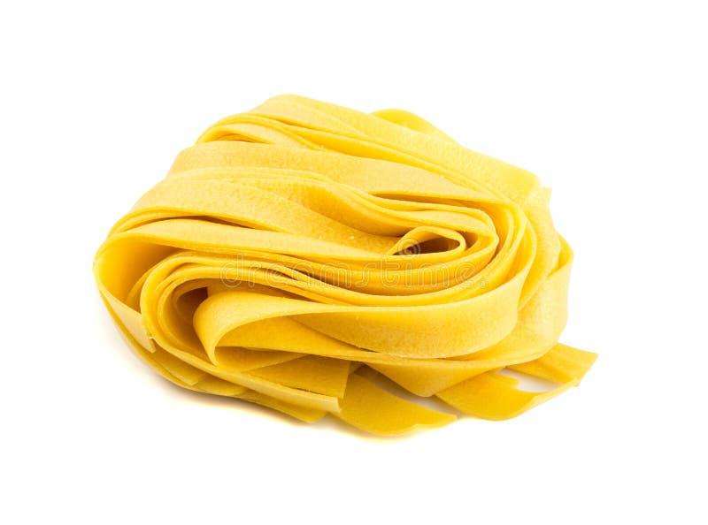 Rohes gelbes italienisches Teigwarenpappardelle, -Fettuccine oder -Bandnudeln lizenzfreie stockfotos