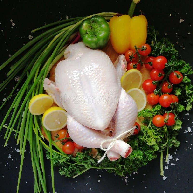 Rohes Huhn mit Gemüse lizenzfreie stockfotos