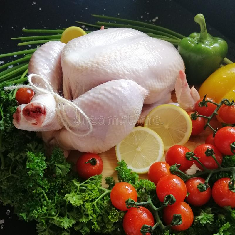 Rohes Huhn mit Gemüse stockfoto
