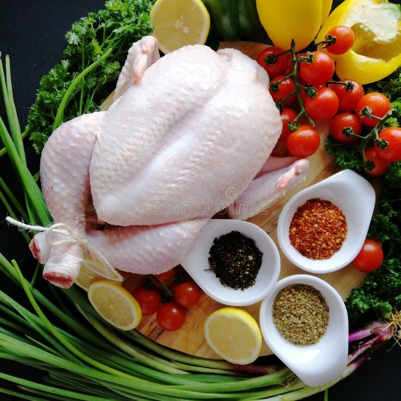 Rohes Huhn mit Gemüse lizenzfreie stockbilder