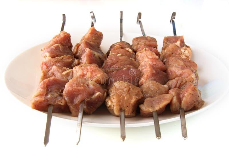 Rohes kebabs shashlyk auf weißer Platte lizenzfreie stockfotos