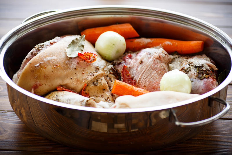 Rohes Lebensmittel, zum des Fleischaspiks zu kochen lizenzfreies stockfoto