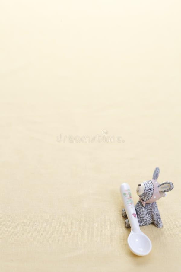 Rohes Makkaroni auf weißem Hintergrund lizenzfreies stockbild
