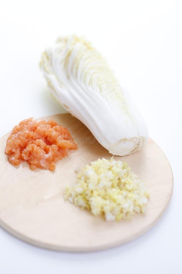 Rohes Makkaroni auf weißem Hintergrund lizenzfreie stockfotografie