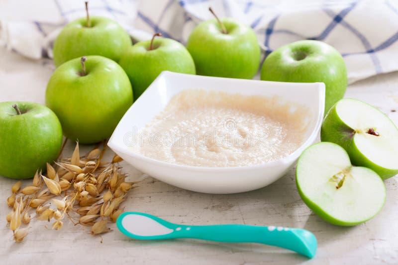 Rohes Makkaroni auf weißem Hintergrund Schüssel Hafermehlbrei mit frischen Äpfeln stockbilder