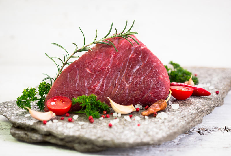 Rohes Rindfleischfleisch mit Gewürzen lizenzfreies stockbild