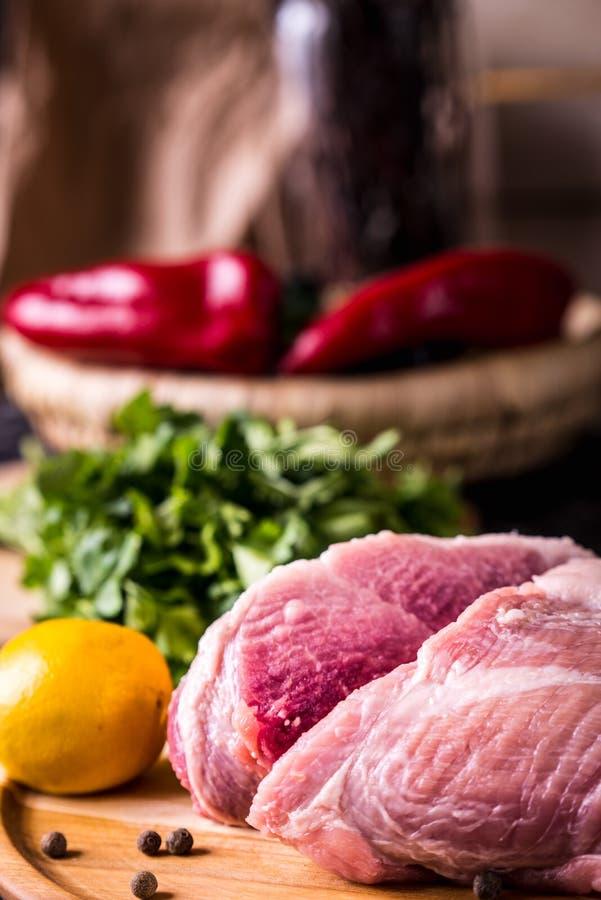 Rohes Schweinefleisch auf einem hölzernen Brett stockfoto